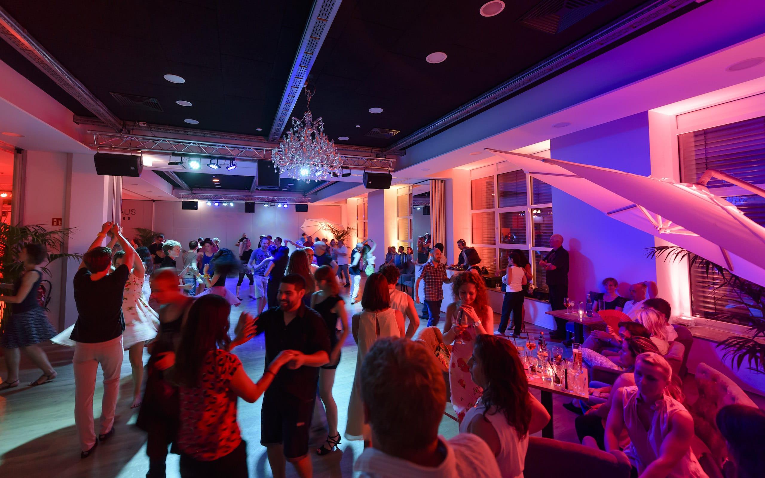 Hier frönen Tanzbegeisterte ihrer Passion: Erste Single-Tanz-Party in Donaueschingen wird zum Hit